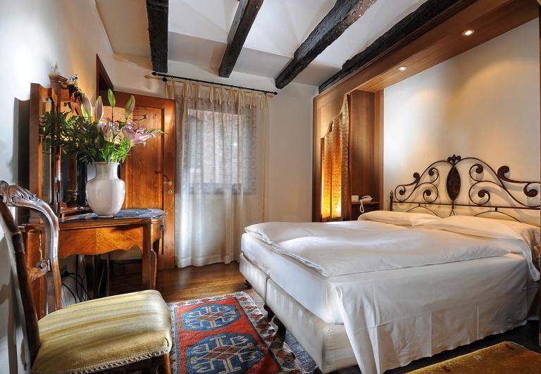 flora-bedroom-1